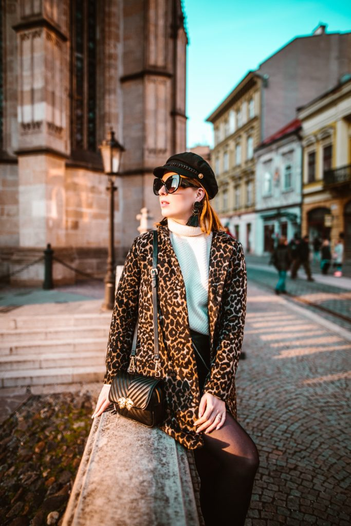 Outfit ideas for women: 12 amazing outfit ideas to look stylish. Try This amazing casual outfit ideas that are fashionable and will make you feel beautiful. Leopard Print Shrug With Sling Bag
