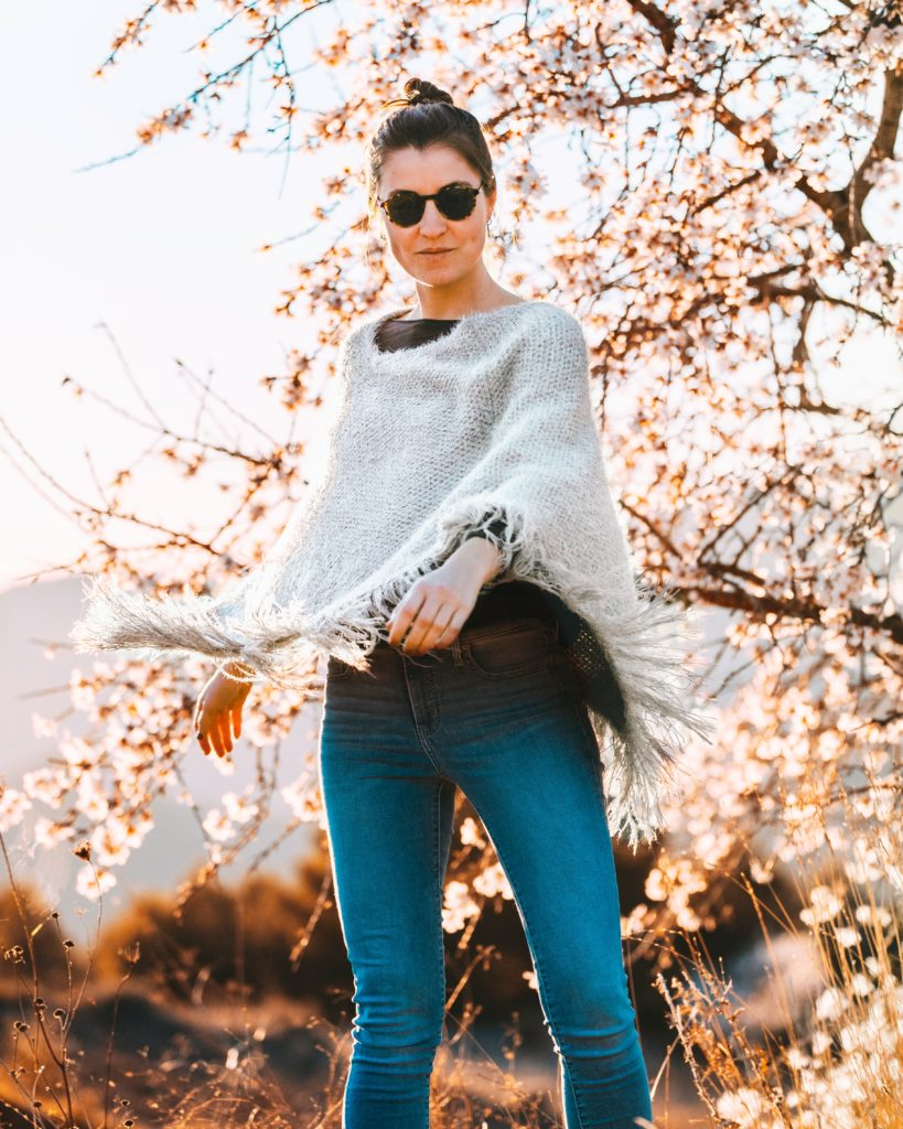 Outfit  ideas for women: 12 amazing outfit ideas to look stylish. Try This amazing casual outfit ideas that are fashionable and will make you feel beautiful. Poncho Top With Skin Fit Jeans