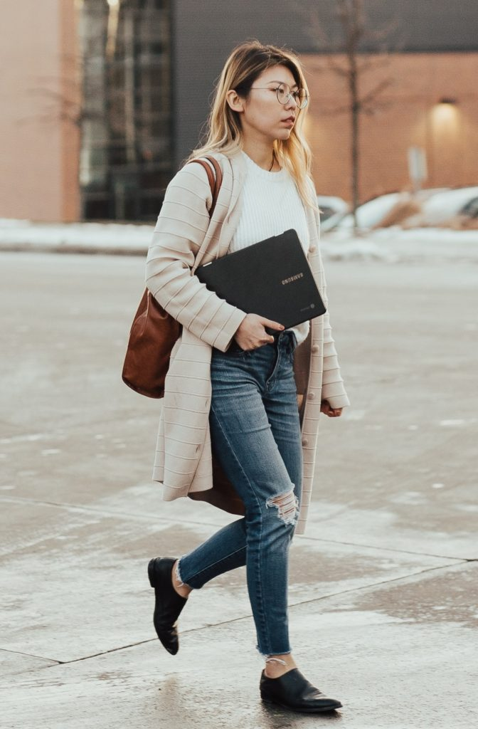 Outfit ideas for women: 12 amazing outfit ideas to look stylish. Try This amazing casual outfit ideas that are fashionable and will make you feel beautiful. Ripped Jeans With Long Shrug
